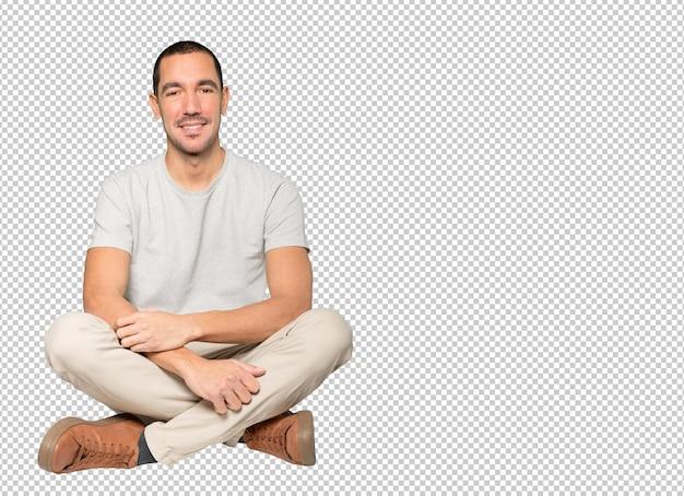 Szczęśliwy młody człowiek pozowanie na białym tle