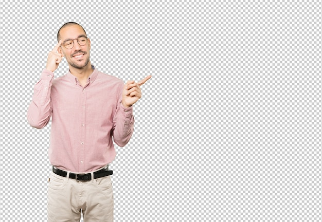 Szczęśliwy młody człowiek robi gestowi koncentracja