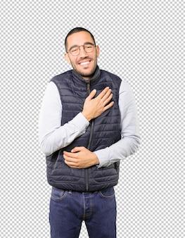Szczęśliwy młody człowiek śmiechu