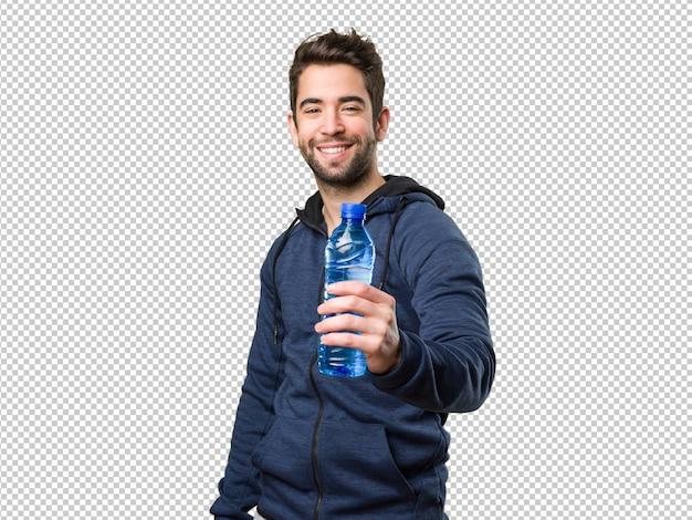Szczęśliwy młody człowiek trzyma butelkę woda