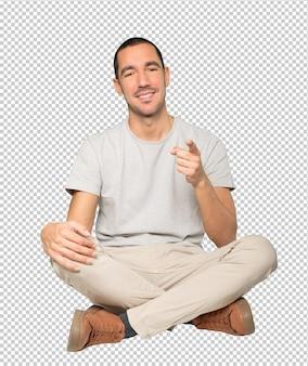 Szczęśliwy młody człowiek, wskazując na ciebie palcem