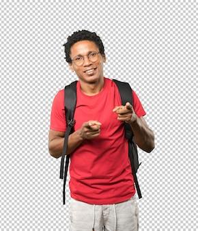 Szczęśliwy młody człowiek wskazuje na ciebie z jego palcem