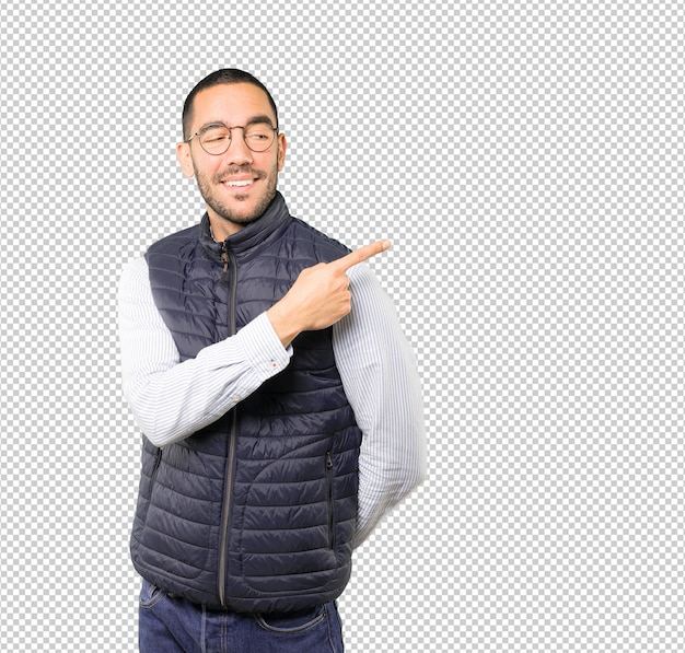 Szczęśliwy młody człowiek wskazuje z jego kciukiem