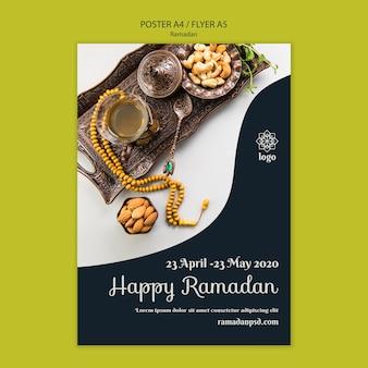 Szczęśliwy szablon koncepcja ulotki ramadan