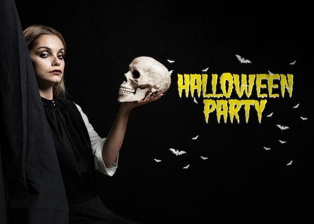 Szekspirowska kobieta trzyma czaszkę