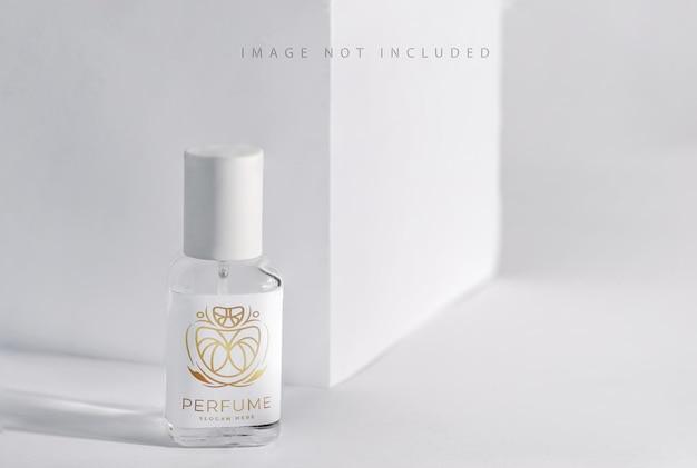 Szklana butelka perfum o aromacie produktu ze światłem słonecznym,