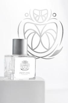 Szklane opakowanie produktu aromatyczna butelka perfum na stojaku ze światłem słonecznym,