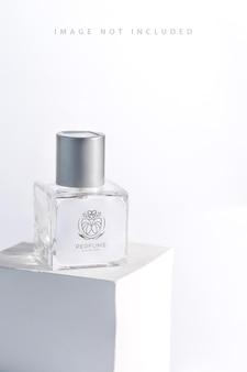 Szklany pakiet produktów aromatyczna butelka perfum na stojaku ze światłem słonecznym