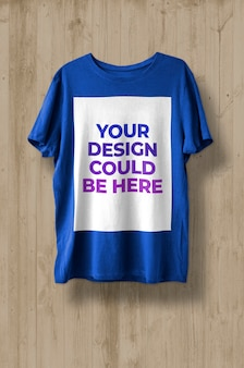 T-shirt na drewnianym tle makieta