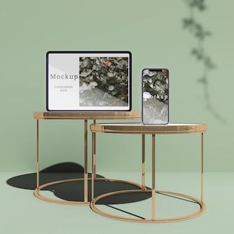 Tablet i smartfony na stołach z cieniami