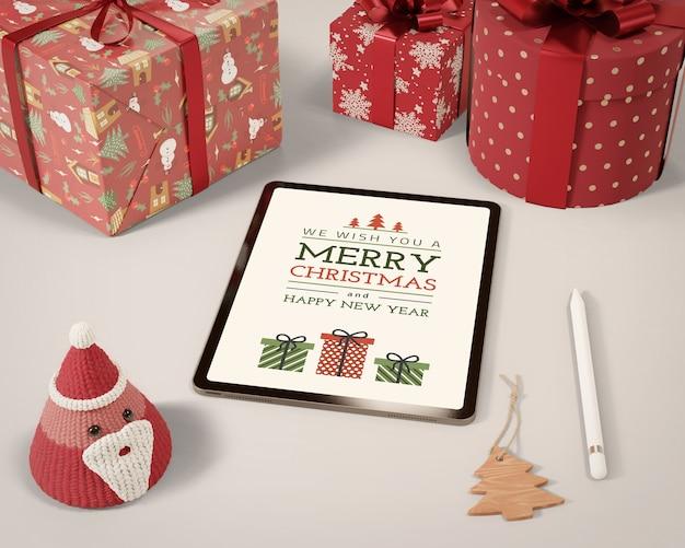 Tablet i zestaw kolekcji prezentów na stole