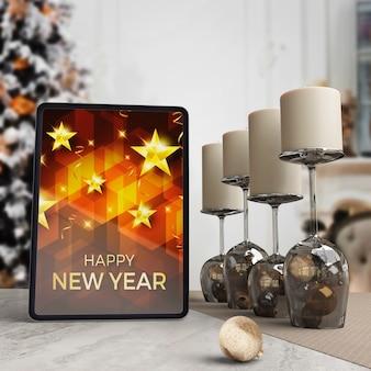Tablet na stole z życzeniem na noc nowego roku
