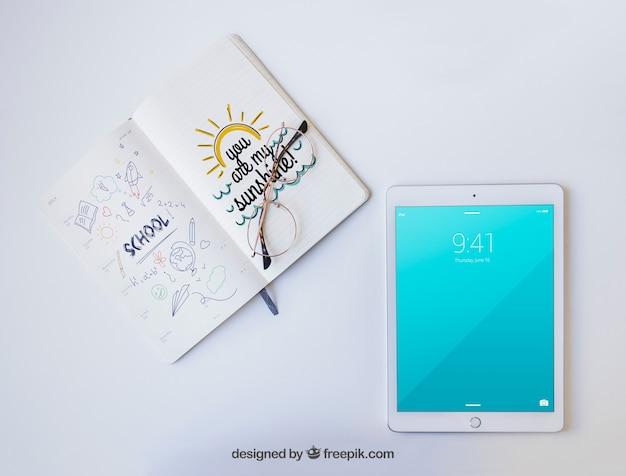 Tablet, okulary i notatnik z rysunkami