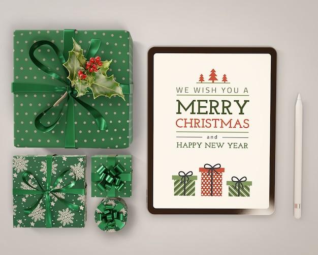 Tablet z makietą motywów świątecznych
