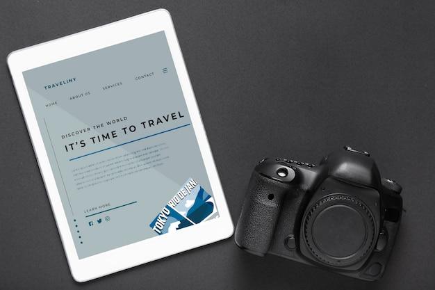 Tablet z podróżną stroną internetową