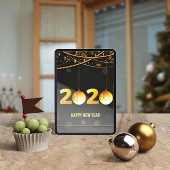 Tablet z życzeniem nowego roku na stole