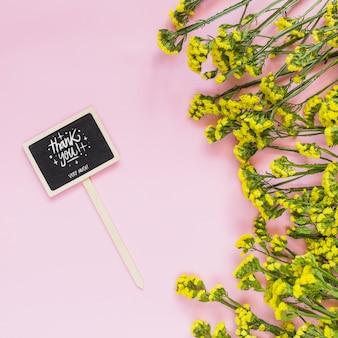 Tablica makieta z kwiatową dekoracją