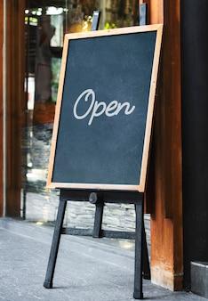Tablica znak makieta przed restauracją