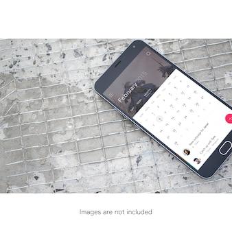 Telefon komórkowy na podłodze makiety