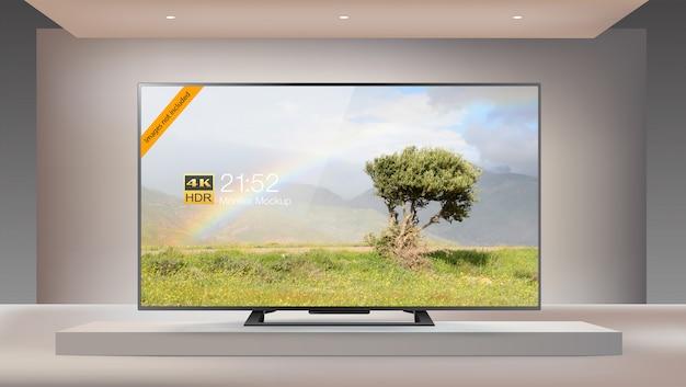 Telewizor led 4k nowej generacji w oświecającym makiecie studyjnym