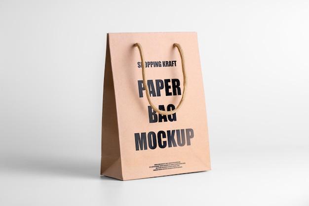 Torba papierowa brązowa makieta na towary. szablon opakowania firmowego z logo. psd trzy czwarte wyświetla edytowalny pakiet kraft