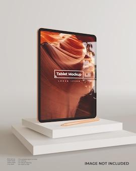 Tryb portretowy makiety tabletu z rysikiem stojącym na blokach