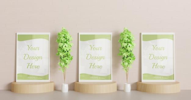 Trzy białe makiety stojące na drewnianym podium z ozdobnymi roślinami