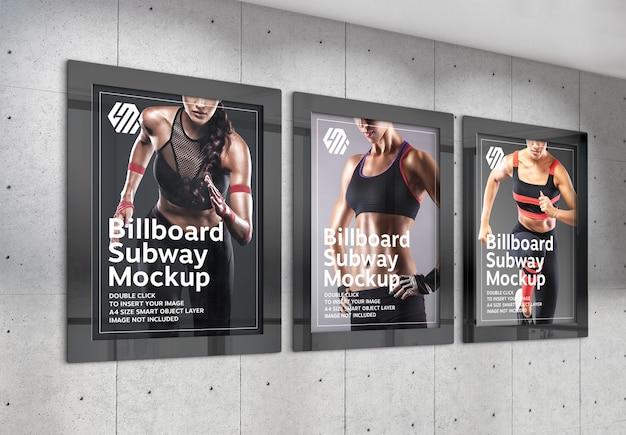 Trzy pionowe billboardy wiszące na ścianie biura