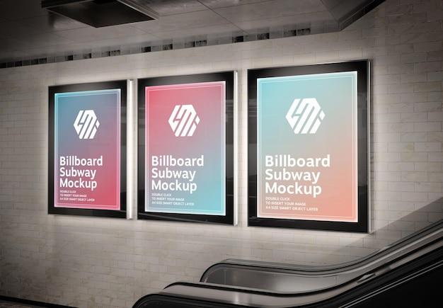 Trzy pionowe świecące billboardy w makiecie stacji metra