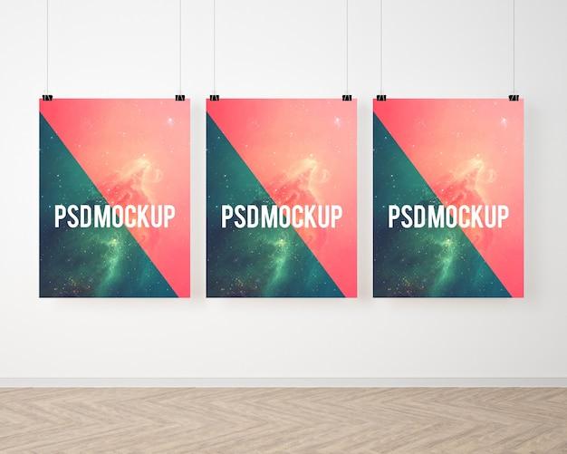 Trzy plakaty na białej ścianie makiety