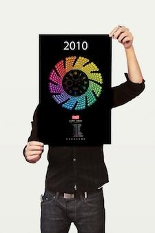 Trzyma plakat. chłopiec pokazać projekt.