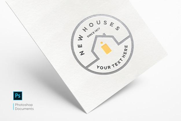 Twarda karta z wytłoczonym logo makiety