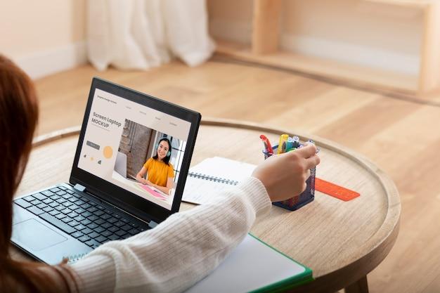 Uczeń uczący się z laptopem z bliska