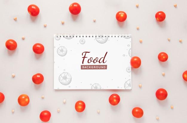 Układ płaski z pomidorami i notatnikiem