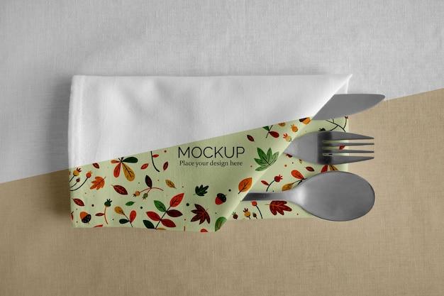 Układ stołu obiadowego na święto dziękczynienia z serwetką i sztućcami w środku