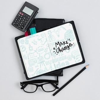 Układ widoku z góry z kalkulatorem i notatnikiem