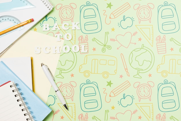 Układ widoku z góry z notatnikami i rysunkami