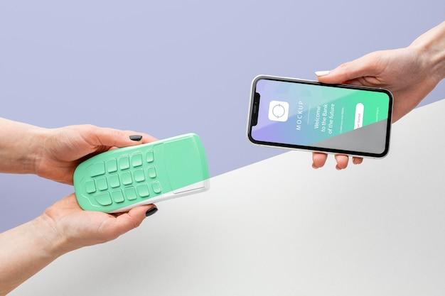 Układ z makietą aplikacji do płatności na smartfonie smartphone