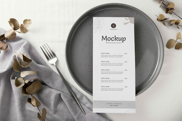 Układ zastawy stołowej z makietą menu