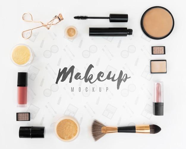 Układanie na płasko z produktami do makijażu