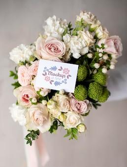 Urodzinowe kwiaty z asortymentem makiet kart