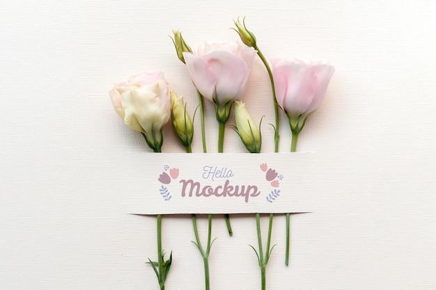 Urodzinowe kwiaty z kompozycją makiety karty