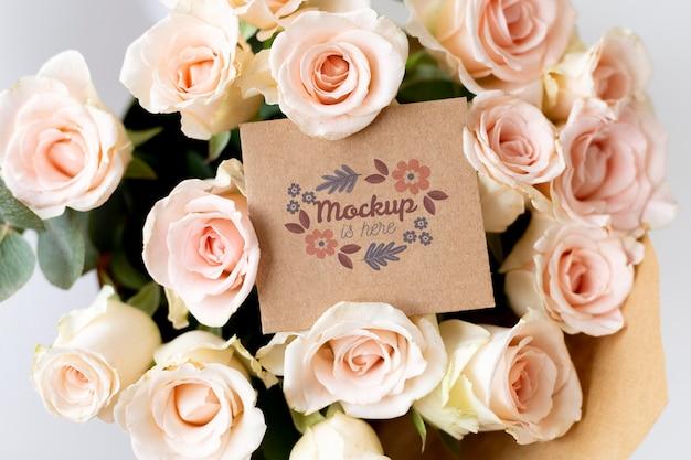 Urodzinowe kwiaty z układem makiety karty