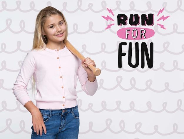 Uruchom dla zabawy uroczą młodą dziewczynę