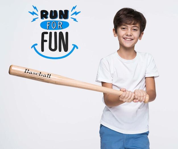 Uruchom zabawną makietę młodego uroczego chłopca