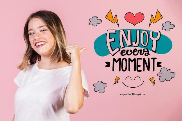Uśmiechnięta młoda kobieta wskazuje pozytywną wycena