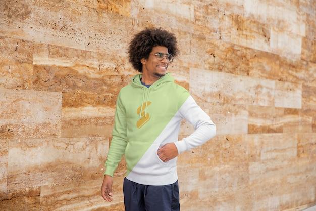 Uśmiechnięty mężczyzna ubrany w bluzę z kapturem