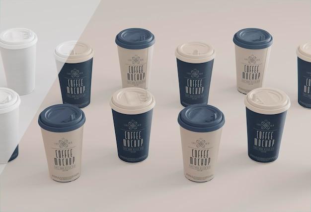 Ustawienie filiżanek do kawy pod wysokim kątem