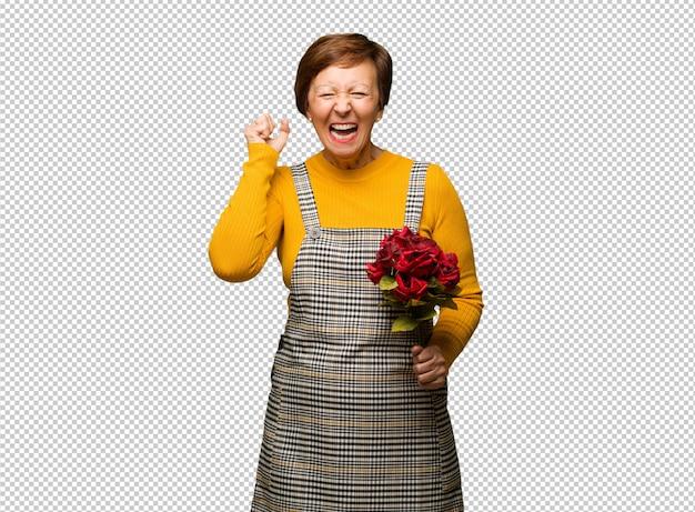 W średnim wieku kobieta świętuje valentines dzień krzyczy bardzo gniewnego i agresywnego