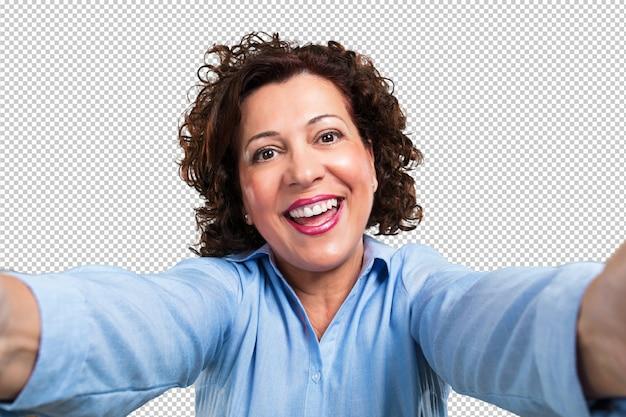 W średnim wieku kobieta uśmiechnięta i szczęśliwa